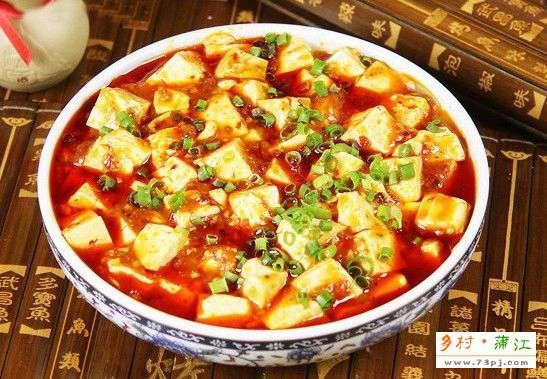 麻婆豆腐是川菜的代表 图据网络   在今天,国内任何城市的旮旮角角都会找到成都水煮鱼麻辣烫字样,成都人的口味审美,已成为影响其他城市的一种弄潮力量。成都人还有把任何食材都变成川菜的能力。在成都这样一个兼容并包的城市,各色川菜汇聚而来,大放光彩。最后,它们融合、它们改造、它们创新,都成为了成都本土的美食。   成都美食更迭进化简史   粤菜横行   上世纪90年代初期,成都的粤菜馆星罗棋布地开张,当热毛巾服务、生猛海鲜上桌,习惯了因陋就简的成都人都愣住了。很快的,在科华北路,粤菜形成了海鲜一条街